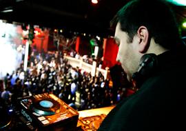 DJ Fred, disc jockey résident de l'ACROPOL ( discothèque parisienne )