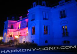 Eclairage architectural d'un chateau pour soirée de mariage